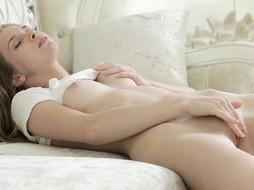 Jaw-Dropping Female Faps On The Couch