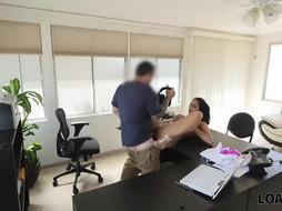LOAN4K. Agent bohrt naiven Kunden und filmt alles vor der Kamera