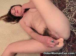 Wooly cougar Susana Moore from the USA pounds a fuck stick