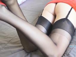 Blondine im roten Mini und sexy Nylons gefickt und besamt