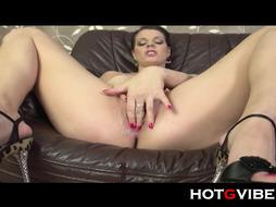Eurobabe Black-Haired G-Spot Burst - PornGem