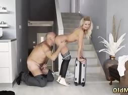 Blonde is moving into her new home after she will fuck