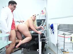 Blondie knows how to make his doctor fuck her