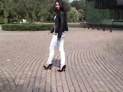 The highest high-heeled slippers of Julie Skyhigh